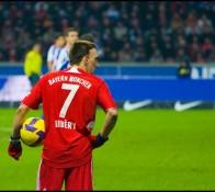 Ribéry et son maillot n°7 au Bayern Munich, tenant un ballon de football en main.