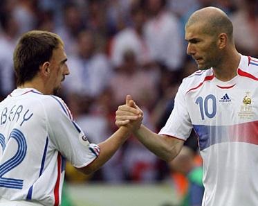 Franck Ribéry et Zinédine Zidane se serre les grosses paluches, une poignée de main d'hommes, forte et virile.