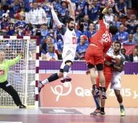 Omeyer et Nikola Karabatic lors du match contre l'Argentine en phase de couple de la coupe du monde de handball au Qatar.