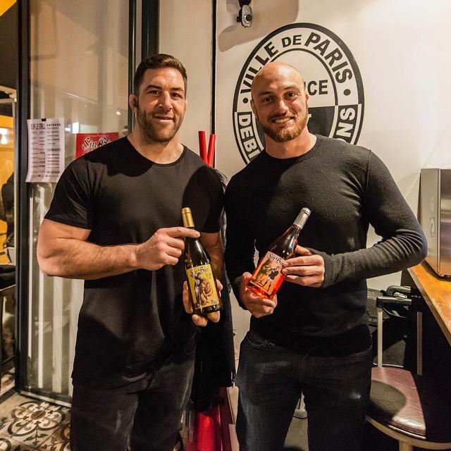 Jamie Cudmore et Scott Lavalla qui se font des papouilles dans un bar parisien pour le Sin Bin Wine
