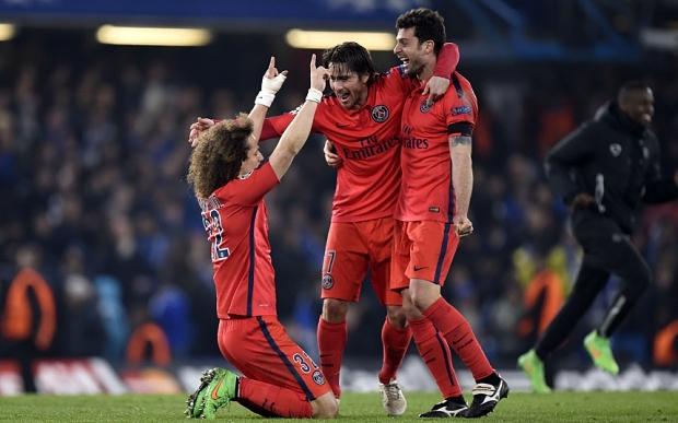 Le PSG est qualifié ! Les joueurs célèbrent leur victoire.
