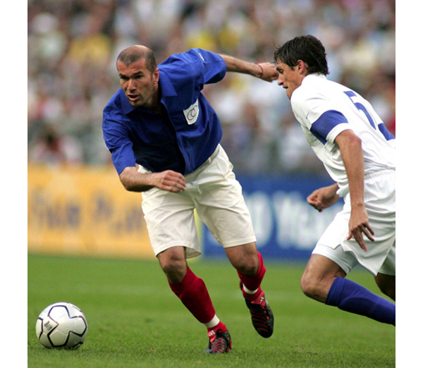 Pour France - Brésil 2004 et les 100 ans de la FIFA, les joueurs jouent avec les maillots de 1904